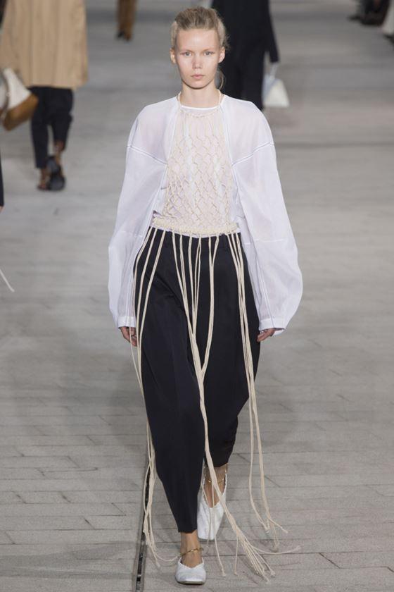 Модные белые блузки весна-лето 2018 - Блузка с длинными широкими рукавами