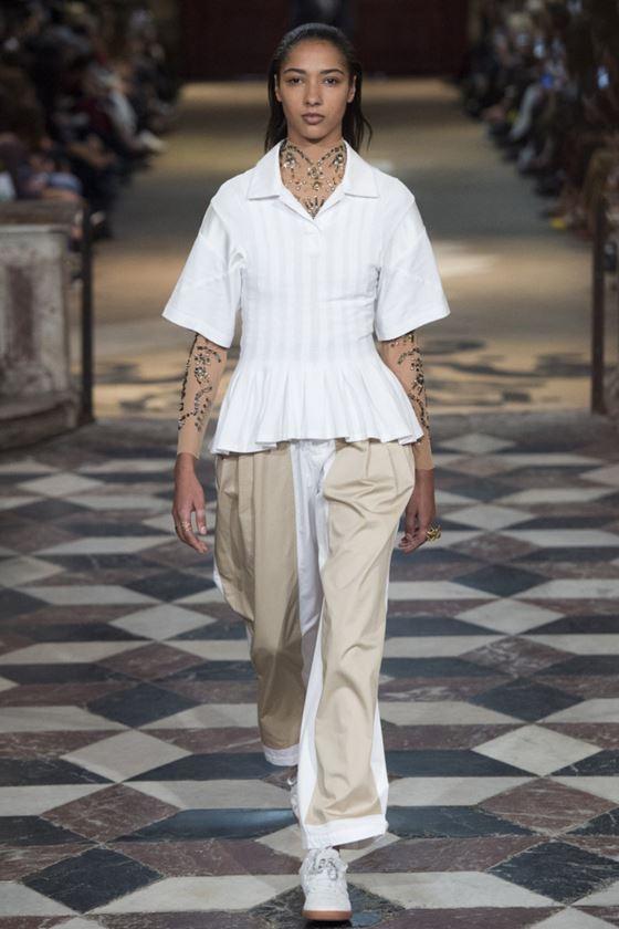Модные белые блузки весна-лето 2018 - Блузка с короткими рукавами и с баской