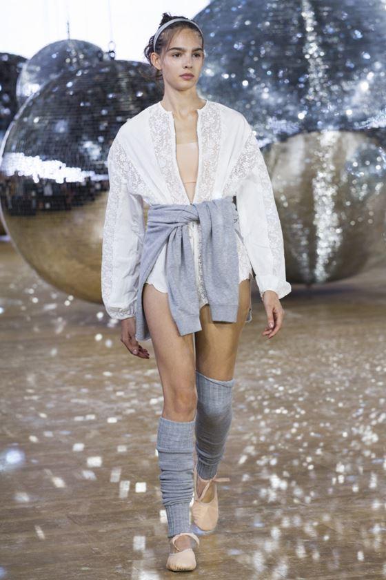 Модные белые блузки весна-лето 2018 - летняя кружевная туника с V-образным вырезом