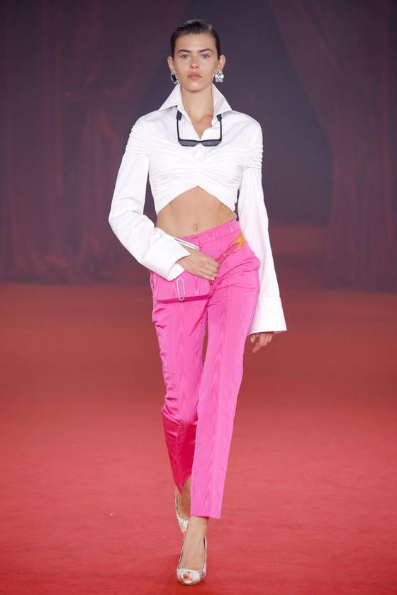 Модные белые блузки весна-лето 2018 - блузка, открывающая живот в сочетании с розовыми брюками