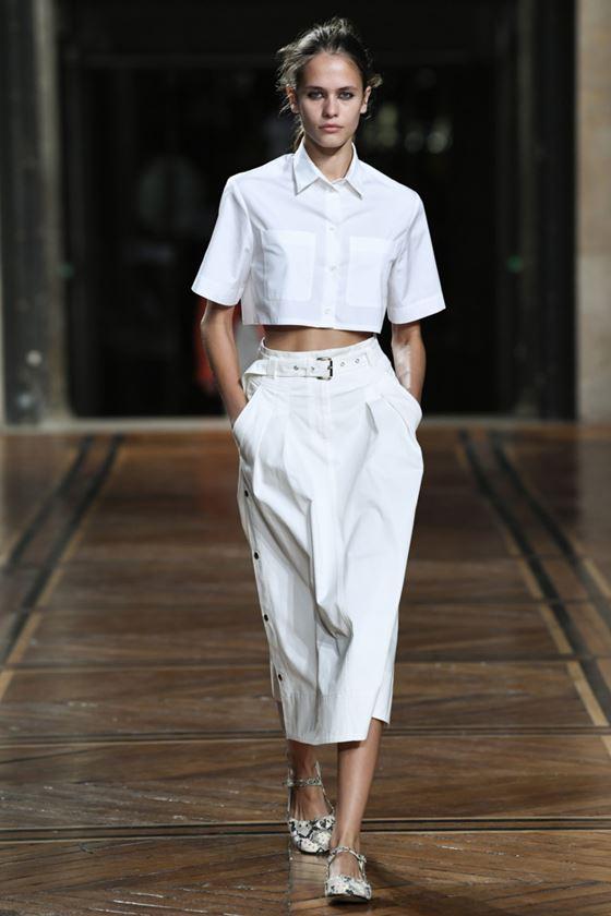 Модные белые блузки весна-лето 2018 - Короткая рубашка, открывающая живот