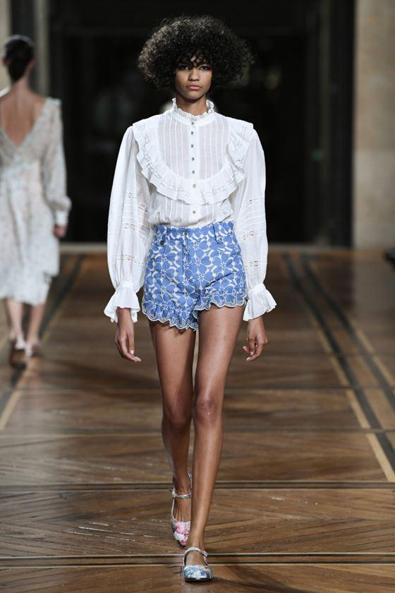 Модные белые блузки весна-лето 2018 - Викторианская блузка с воланами в сочетании с шортами