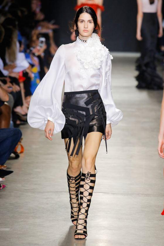 Модные белые блузки весна-лето 2018 - шёлковая блузка с длинными объёмными рукавами