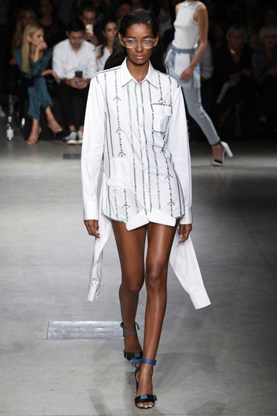 Модные белые блузки весна-лето 2018 - Длинная рубашка с тонким узором