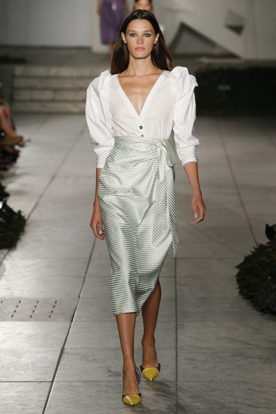 Модные белые блузки весна-лето 2018 - блузка с пышными рукавами и глубоким V-образным вырезом