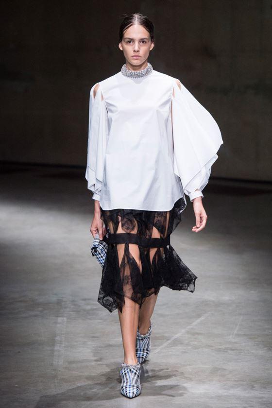 Модные белые блузки весна-лето 2018 - шёлковая блузка с объёмными длинными рукавами