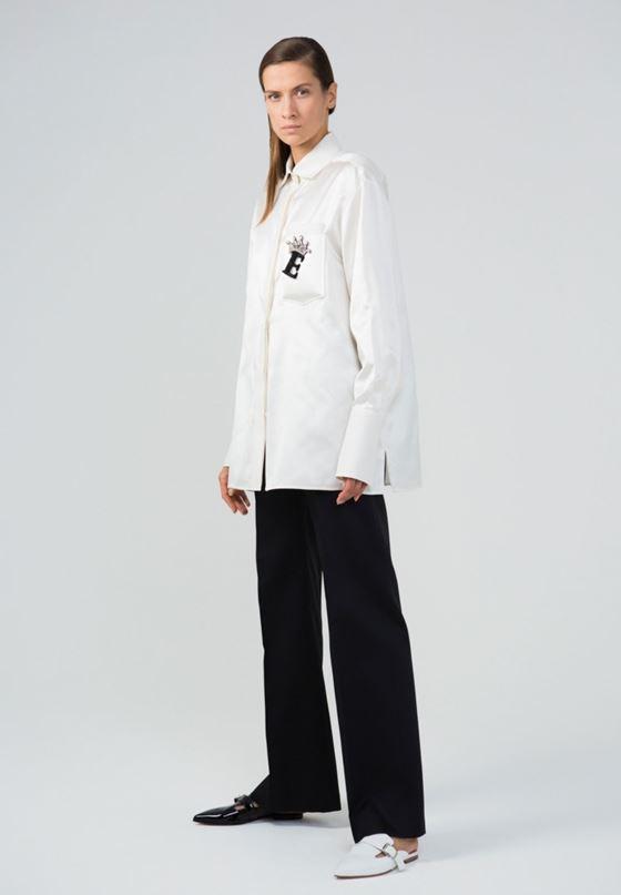 Модные белые блузки весна-лето 2018 - Длинная белая рубашка с чёрными брюками