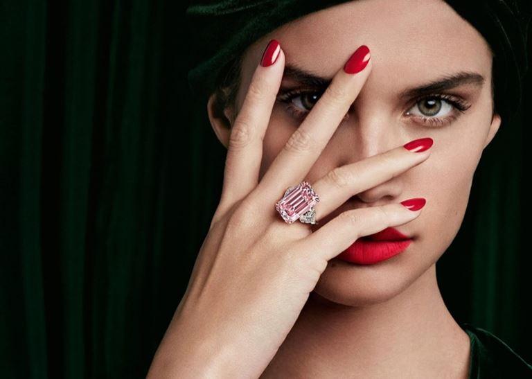 Сара Сампайо в рекламной кампании Graff Diamonds – красный маникюр и кольцо с розовым бриллиантом