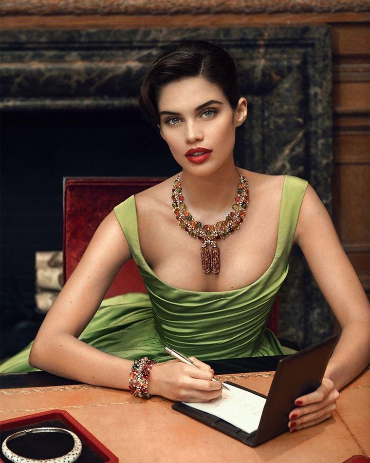Сара Сампайо в украшениях Cartier в фотосессии журнала Sorbet лето-2018 - зелёное платье и роскошное колье