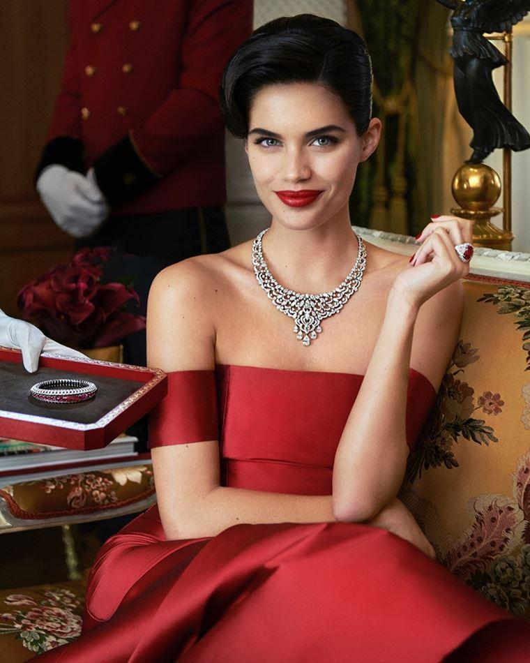 Сара Сампайо в украшениях Cartier в фотосессии журнала Sorbet лето-2018 - красное платье и роскошное колье
