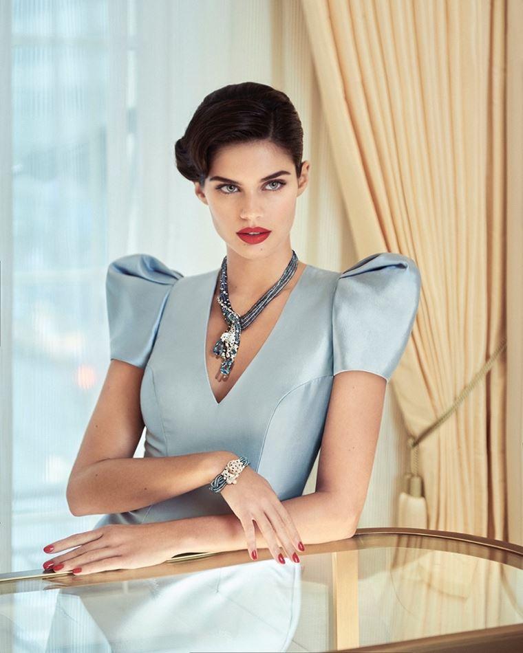 Сара Сампайо в украшениях Cartier в фотосессии журнала Sorbet лето-2018 - голубое платье с объёмными плечами