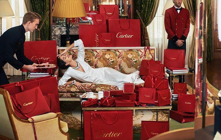 Сара Сампайо в украшениях Cartier в фотосессии журнала Sorbet лето-2018 - шопинг Cartier с красными пакетами