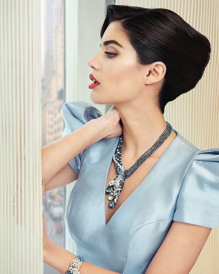 Сара Сампайо в украшениях Cartier в фотосессии журнала Sorbet лето-2018 - голубое платье и ожерелье