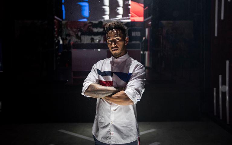 Льюис Хэмилтон в белой рубашке Tommy Hilfiger