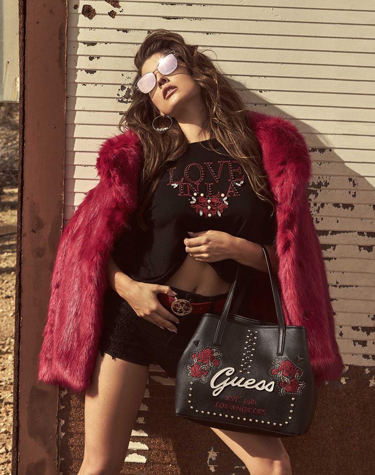 Модные аксессуары GUESS в рекламной кампании осень-2018 - очки, сумка, короткая меховая шубка