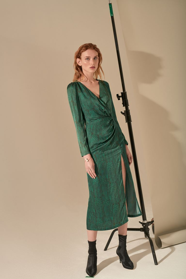 Лукбук коллекции Pocket Symphony Pre-Fall 2018 - зеленое платье с длинным рукавом и разрезом