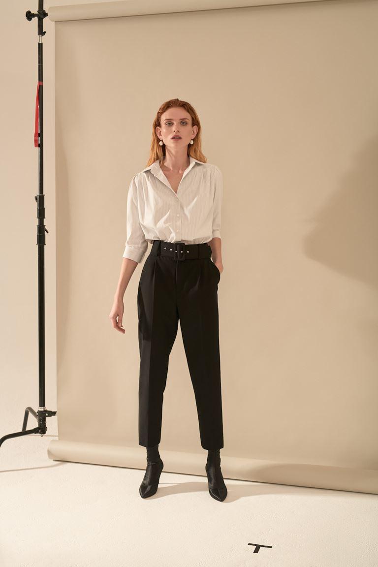 Лукбук коллекции Pocket Symphony Pre-Fall 2018 - белая блузка с черными брюками