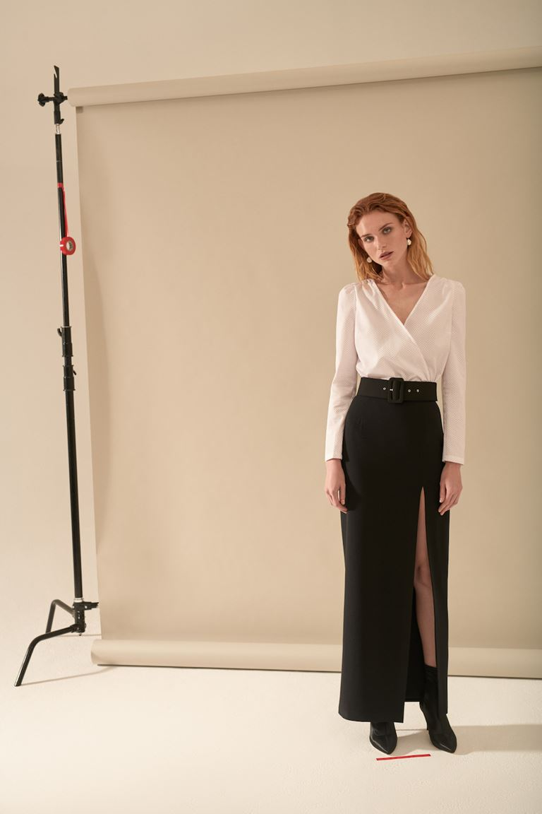 Лукбук коллекции Pocket Symphony Pre-Fall 2018 - белая блузка и черная юбка с разрезом