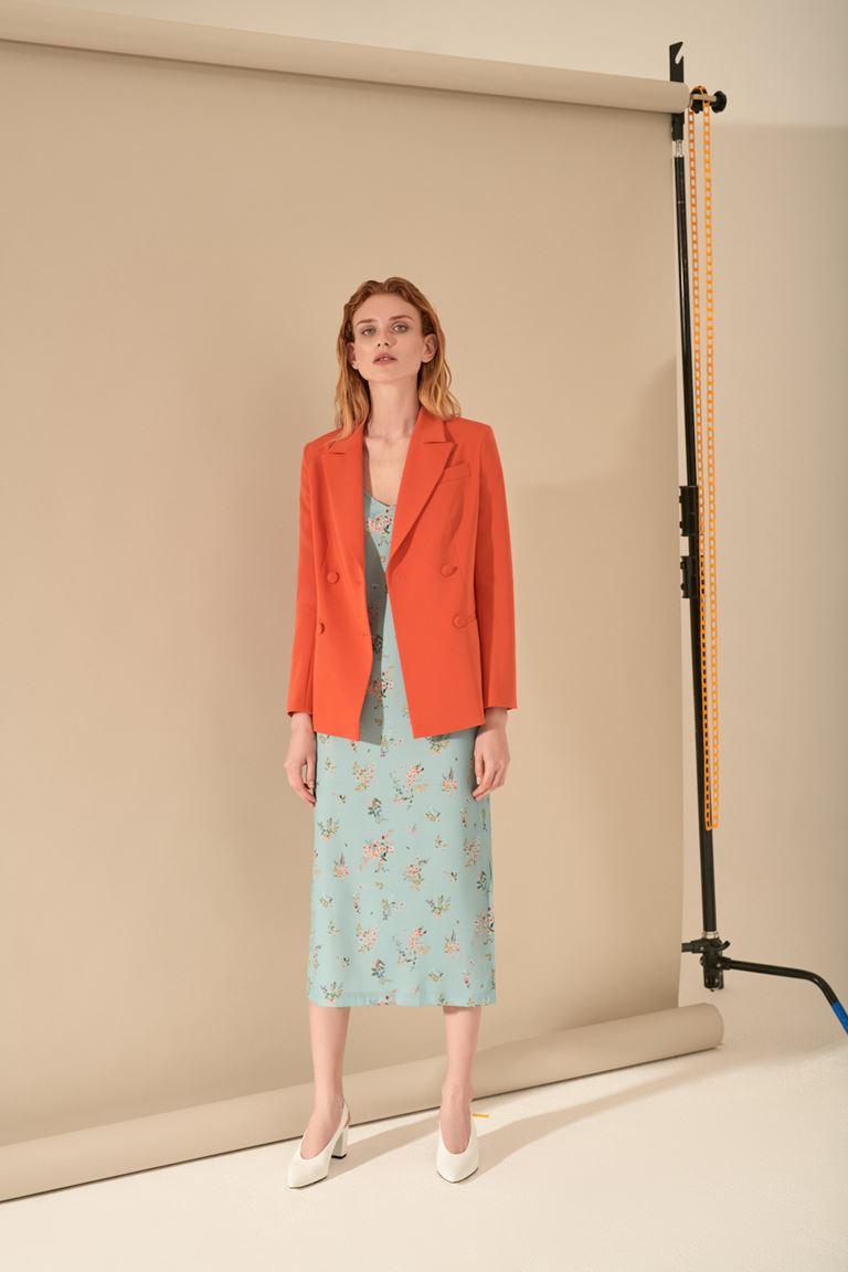 Лукбук коллекции Pocket Symphony Pre-Fall 2018 - мятное платье с оранжевым жакетом