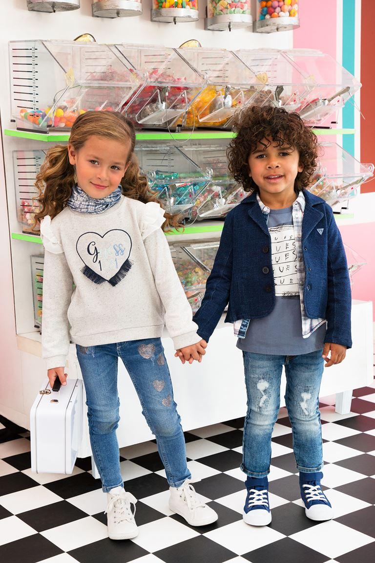 Рекламная кампания Guess Kids осень-2018 - детские джинсы, свитер и куртка