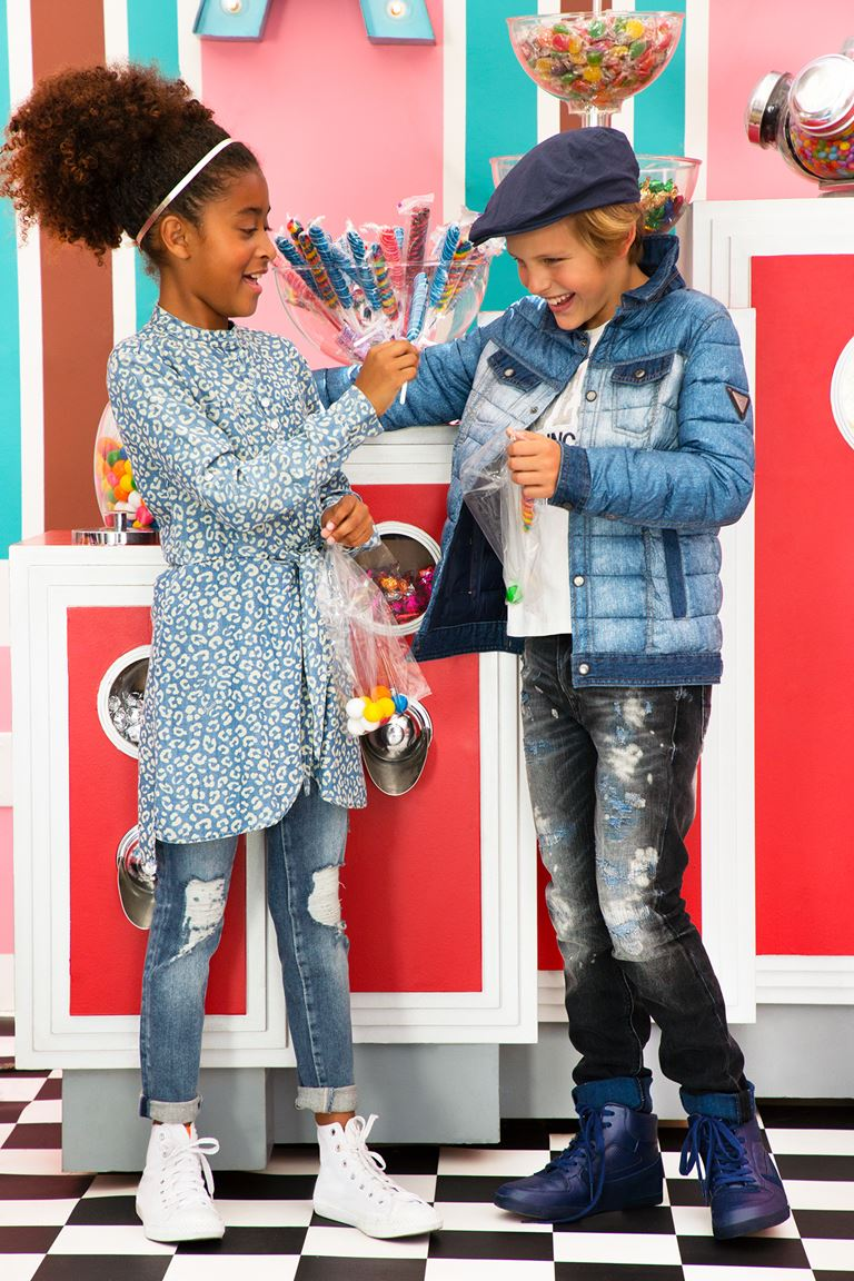 Рекламная кампания Guess Kids осень-2018 - детские рваные джинсы, платье-рубашка и куртка