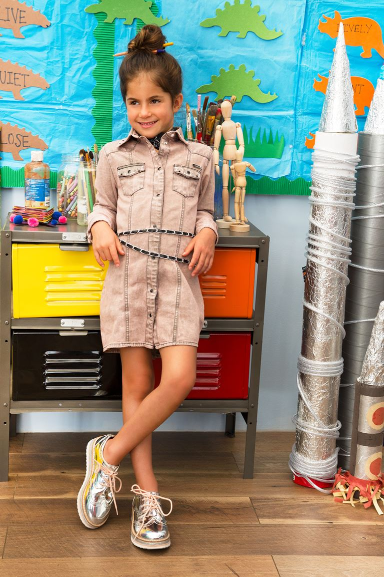 Рекламная кампания Guess Kids осень-2018 - джинсовое платье-рубашка для девочки