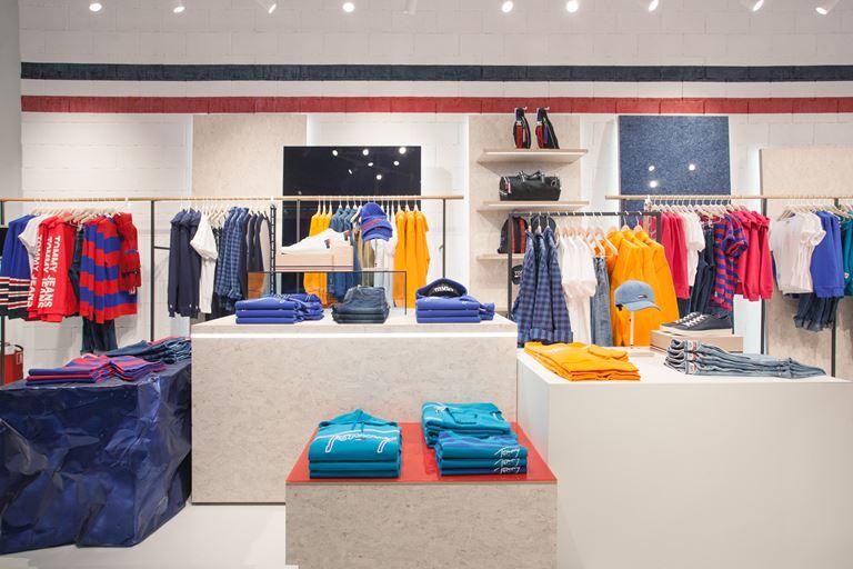 31fef44531f5 Tommy Hilfiger открывает первый магазин будущего Tommy Jeans в ...