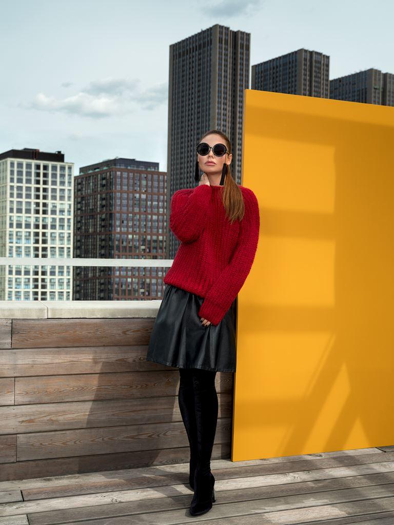 Коллекция BAON осень-зима 2018-2019 - красный свитер и кожаная юбка