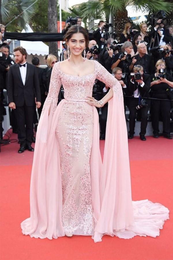 Пастельно-розовые вечерние платья знаменитостей - Сонам Капур