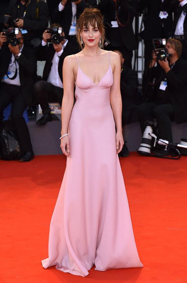 Пастельно-розовые вечерние платья знаменитостей - Дакота Джонсон