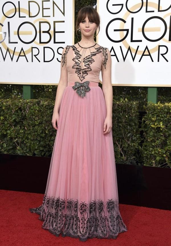 Пастельно-розовые вечерние платья знаменитостей - Фелисити Джонс