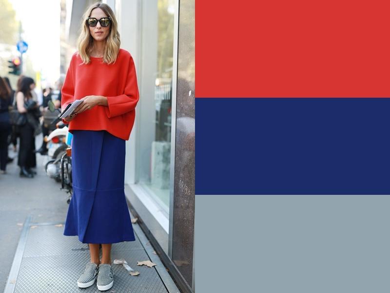 Синяя юбка и серая обувь с красной блузкой