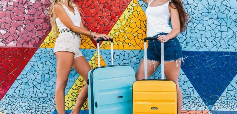 Путешествие в лето: стильные яркие чемоданы от American Tourister