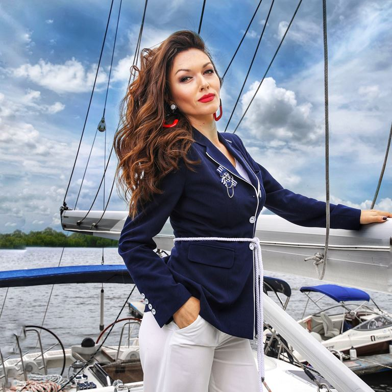 Фотосессия Юлии Такшиной в коллекции Villagi лето-2019 на яхте в Подмосковье - фото 2