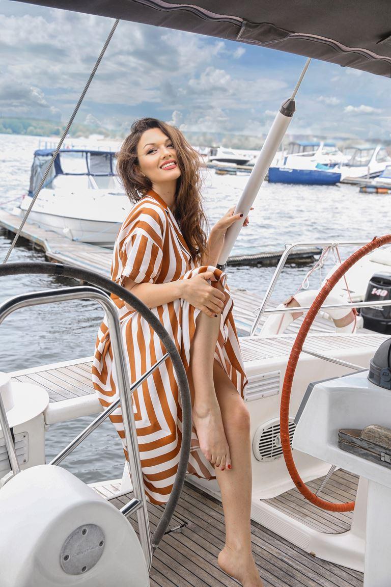 Фотосессия Юлии Такшиной в коллекции Villagi лето-2019 на яхте в Подмосковье - фото 5