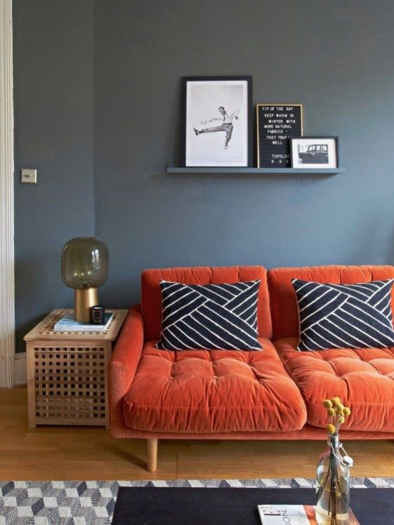 5 идей для оранжевого дивана в интерьере - Серая стена и подушки