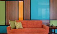 5 идей для оранжевого дивана в интерьере