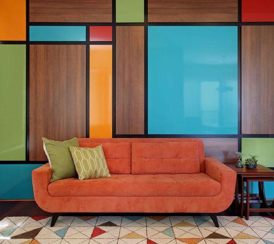 5 идей для оранжевого дивана в интерьере - Разноцветная стена