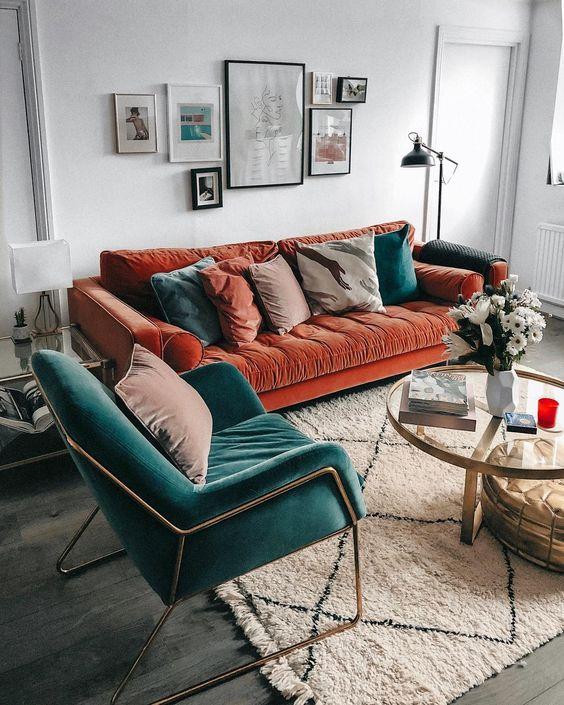 5 идей для оранжевого дивана в интерьере - Бирюзовое кресло в пару