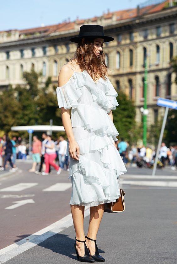 Летние платья с воланами - Белое платье с открытыми плечами