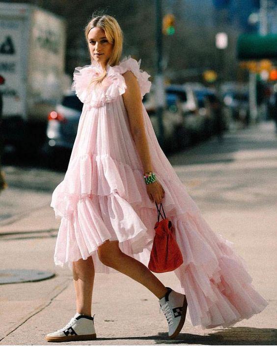 Летние платья с воланами - Воздушное розовое платье со шлейфом