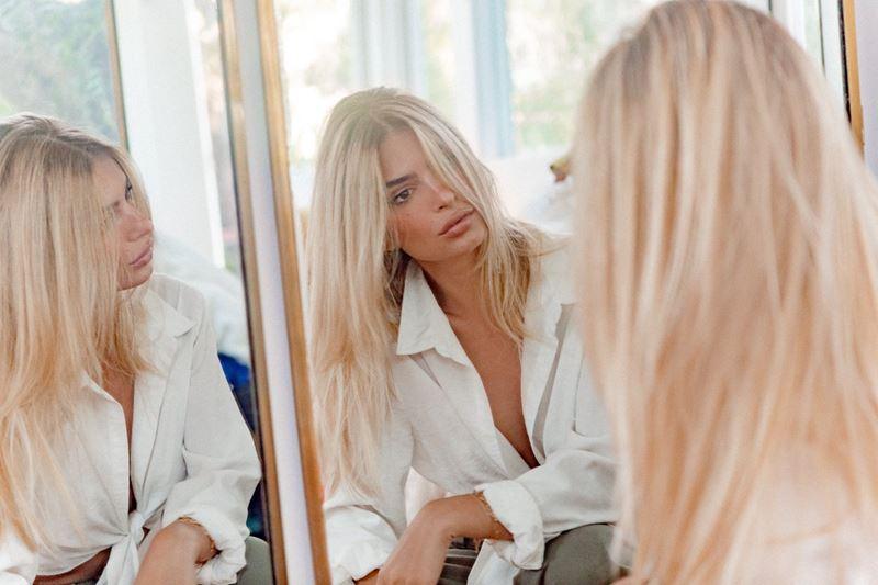 Эмили Ратаковски стала блондинкой (и лицом линии для волос Blond Absolu от Kérastase)